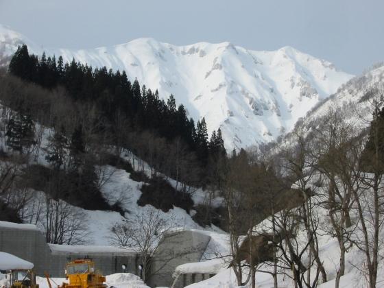下山後に晴れた。左のピークが守門岳
