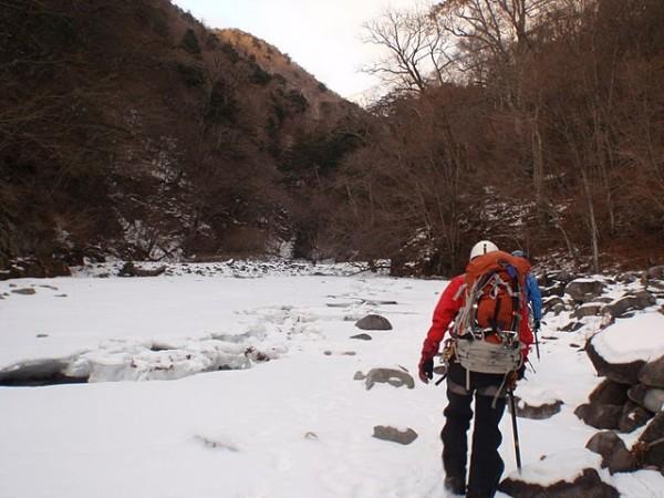 凍った川面を歩く
