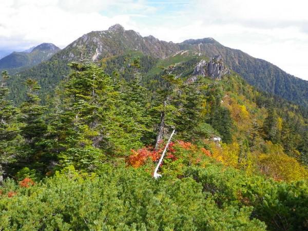 右奥が餓鬼岳・中央がケンズリ・左奥が唐沢岳