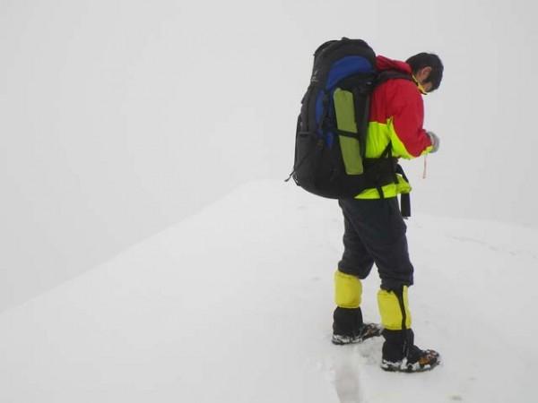 2.神楽ヶ峰山頂(視界不良で進行方向確認中)