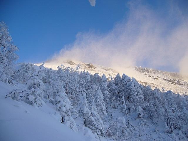 06 雪煙舞う硫黄岳稜線