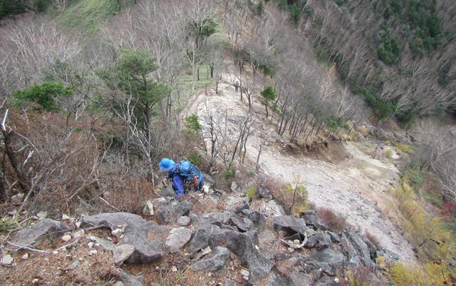 20_岩を伝って左の樹林へ
